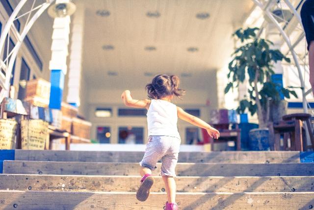 階段を駆け上がる女の子