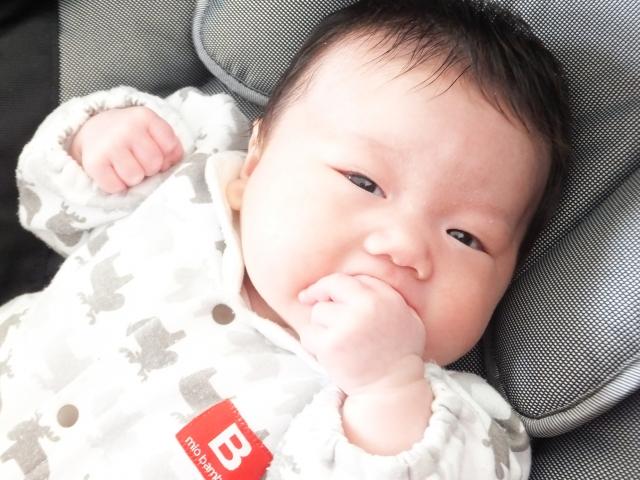 指しゃぶり赤ちゃん